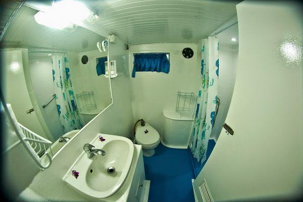 Giamani Liveaboard master cabin en-suite bathroom